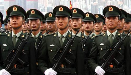 这是陆军男士兵春秋常服-中国军人换新装,2007新款军装绚丽登场图片