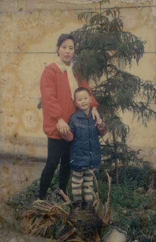 是90年代初,我和老妈的一张合影,老妈那个时候穿着当时最流行的健美裤
