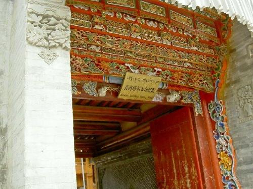 塔尔寺印经院的大门,其砖雕和木雕都具有鲜明的汉藏艺术特色
