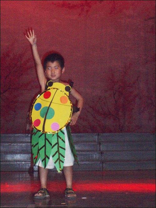 废旧物品手工制作跳舞服装男孩