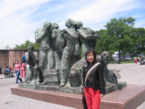 另有一组雕塑,两名黑人带着孩子,孩子在雕塑上爬来爬去