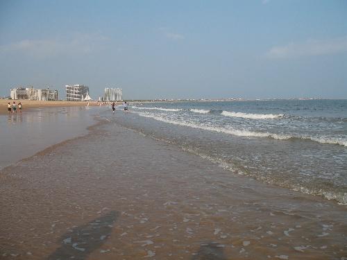13.凤城的万米海滩.还没有完全开发,所以沙滩很干净哦.