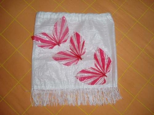 1,这是用礼物包装纸折成的叶子及用装大米的纯白色编织袋制作的下面带