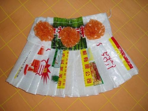 这是用编织袋做成的挂脖露背上衣.图片