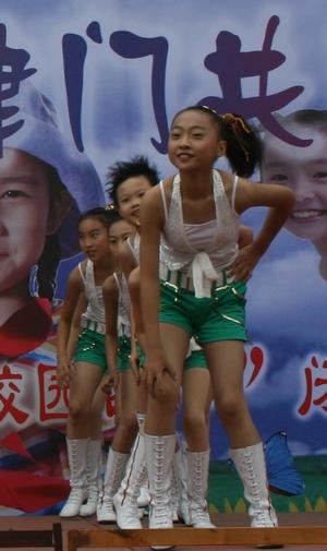 六一儿童节,六年级有88人参加趣味体育活动,趣味体育活动共设8个项目.