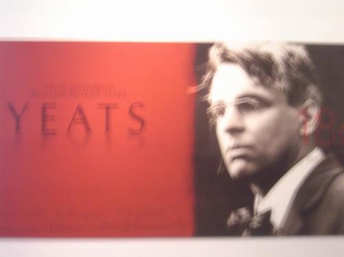 诗人叶芝的这张巨幅照片出现在都柏林公共汽车车