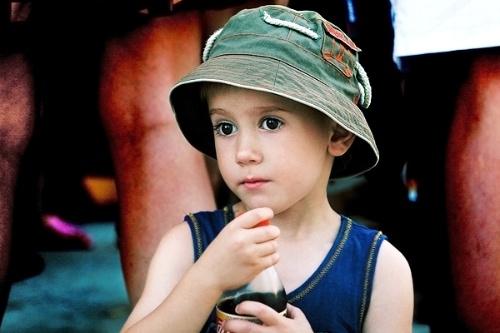 时看到一个非常可爱的国外小孩,就是没太能分辨出来是男孩还是女孩